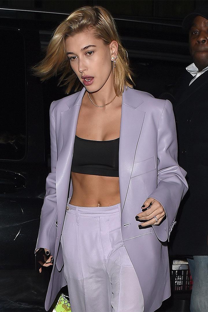 Hailey Baldwin con traje lila