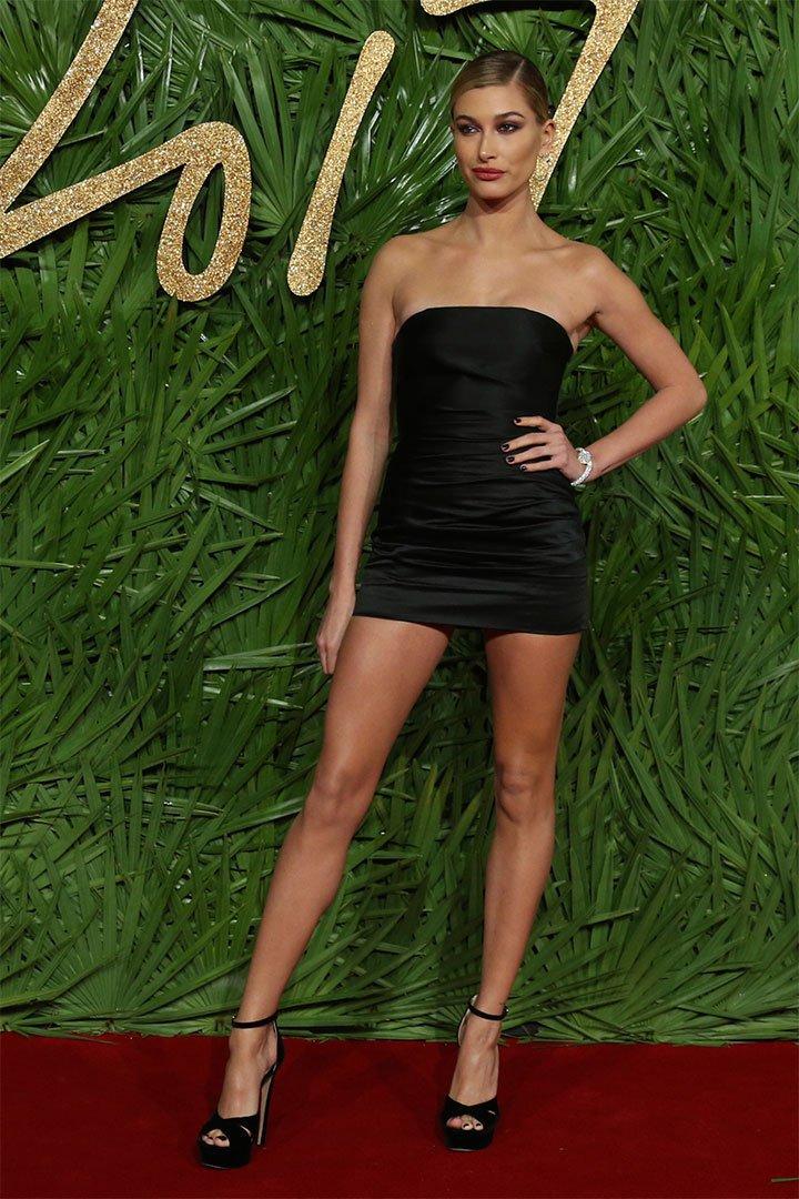 Hailey Baldwin con vestido negro