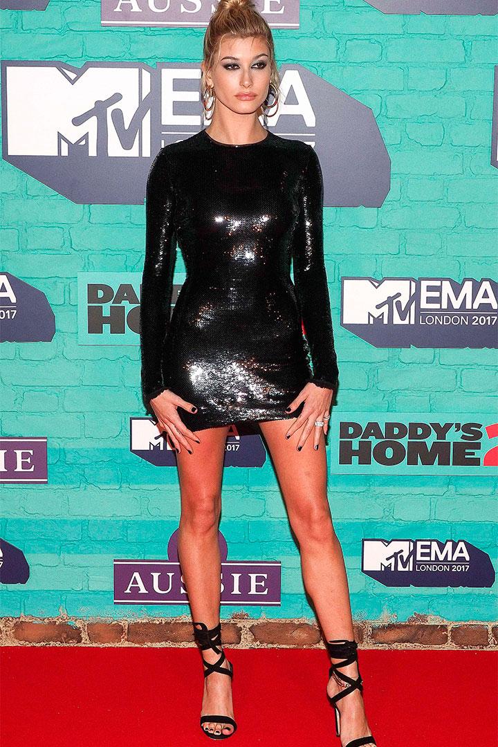 Hailey Baldwin con vestido de lentejuelas