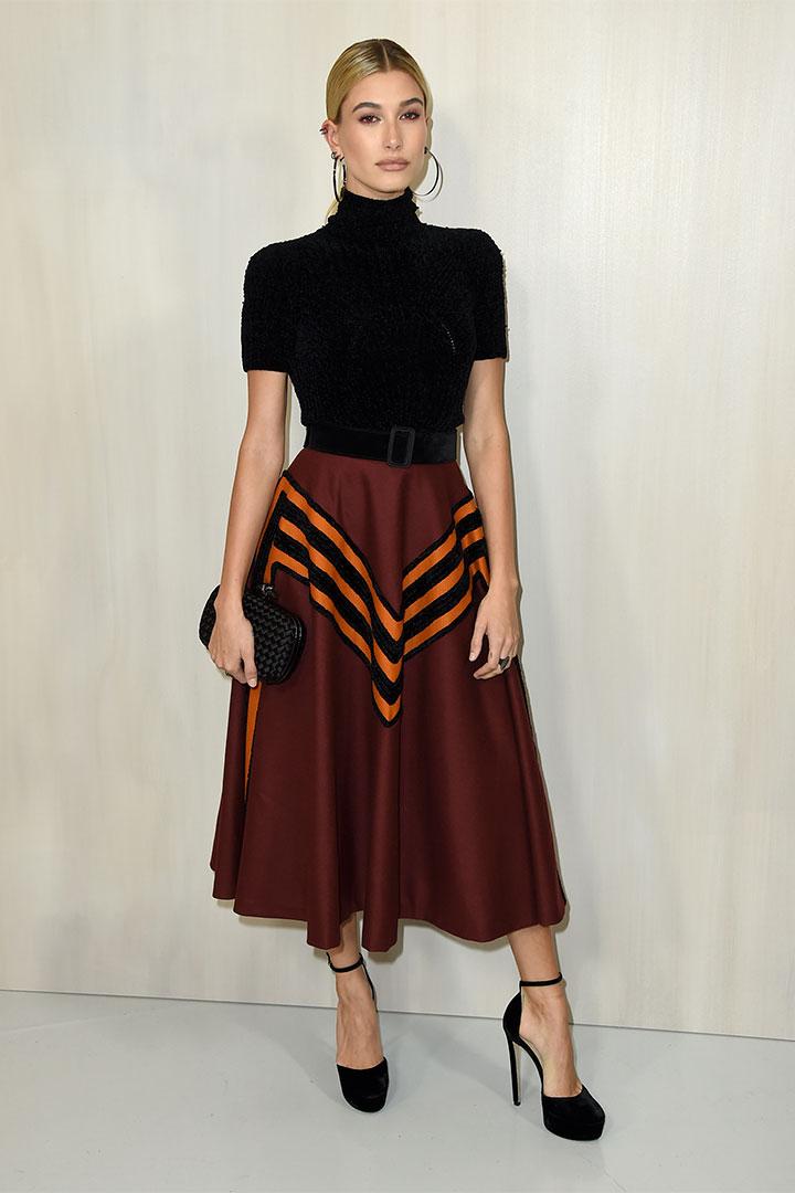 Hailey Baldwin con falda midi
