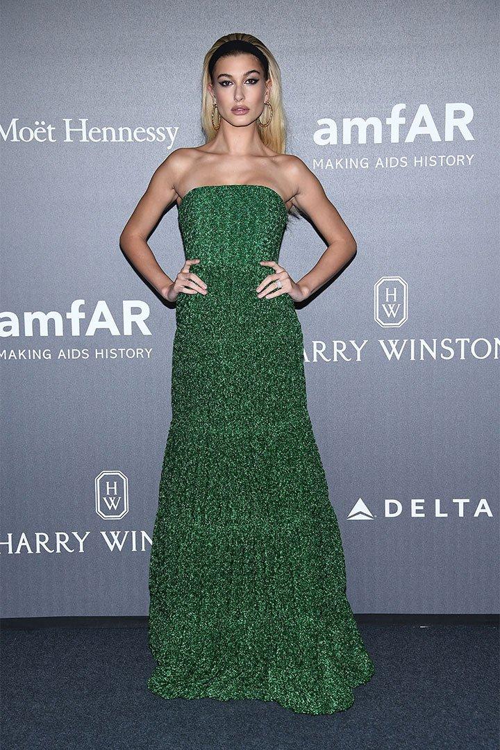 Hailey Baldwin con vestido verde