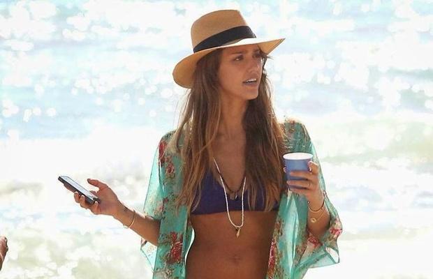Jessica Alba protege su cabello en la playa con un sombrero Panamá