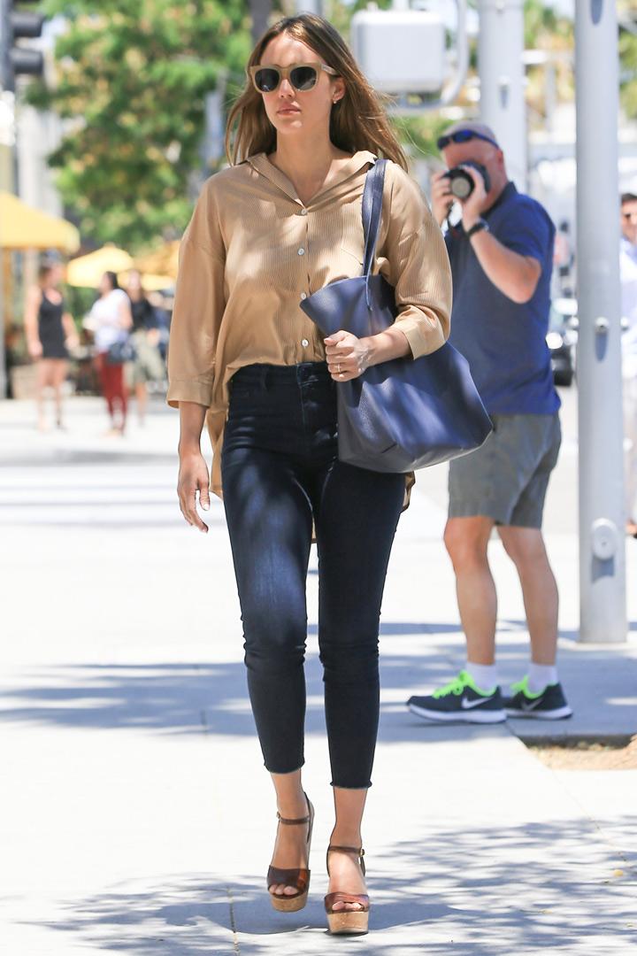 jessica alba con jeans camisa y maxi bolso. looks que no pasan d moda