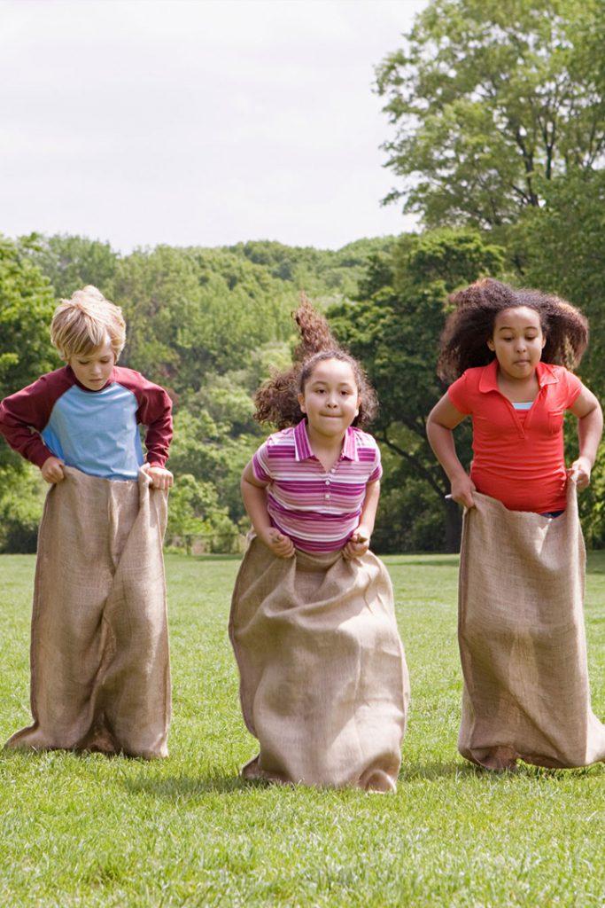 Cómo entretener a tus hijos en verano carrera de sacos