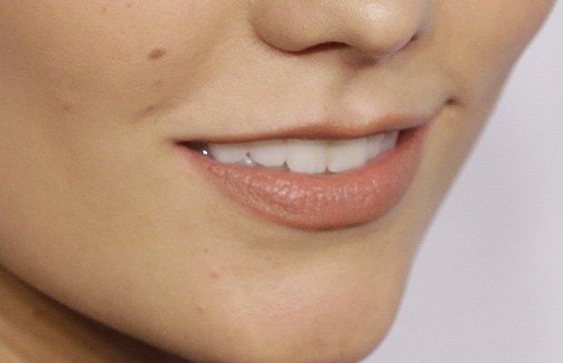 Karlie Kloss le da un toque de color a sus labios con gloss