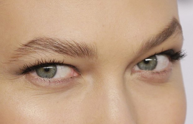 Karlie Kloss acentúa su mirada con máscara de pestañas
