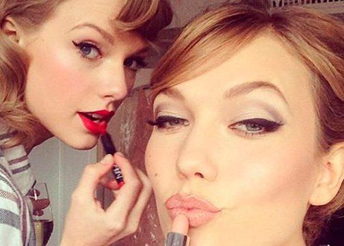 Karlie Kloss y Taylor Swift se maquillan