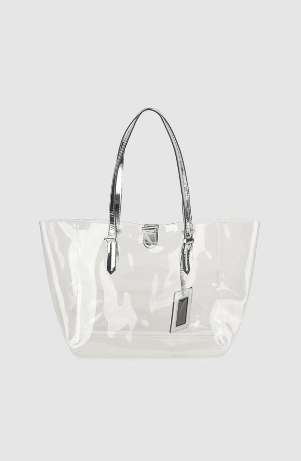 Shopping transparente con cartera plateada de Kendall + Kylie: propuestas dias de lluvia