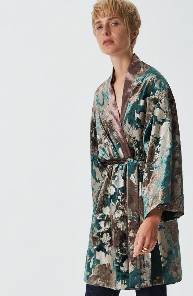 Kimono estampado efecto terciopelo de Adolfo Domínguez: invitada de invierno