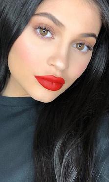 Kylie Jenner presenta a su hija en las redes sociales