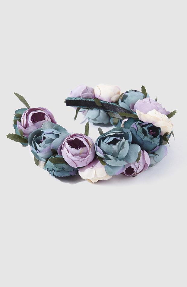Diadema de flores verdes y malva de La Sombrerera : look de invitada de rebajas