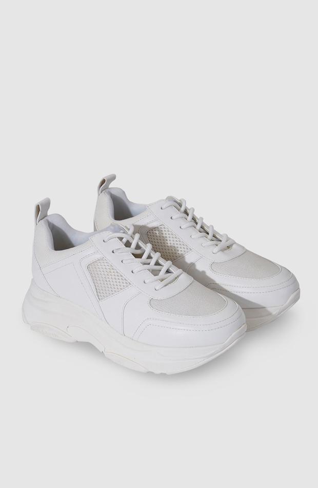 Zapatillas deportivas de color blanco con cierre de cordones de La Strada: propuestas dias de lluvia