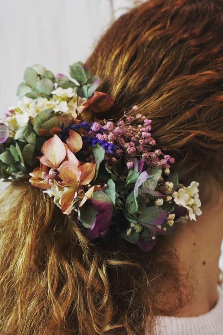 Complementos florales: peinados invitada verano 2018