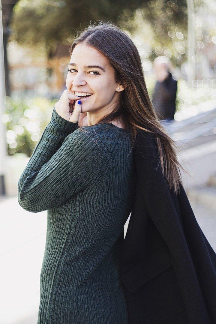 Laura Escanes con vestido de punto verde de fórmula Joven