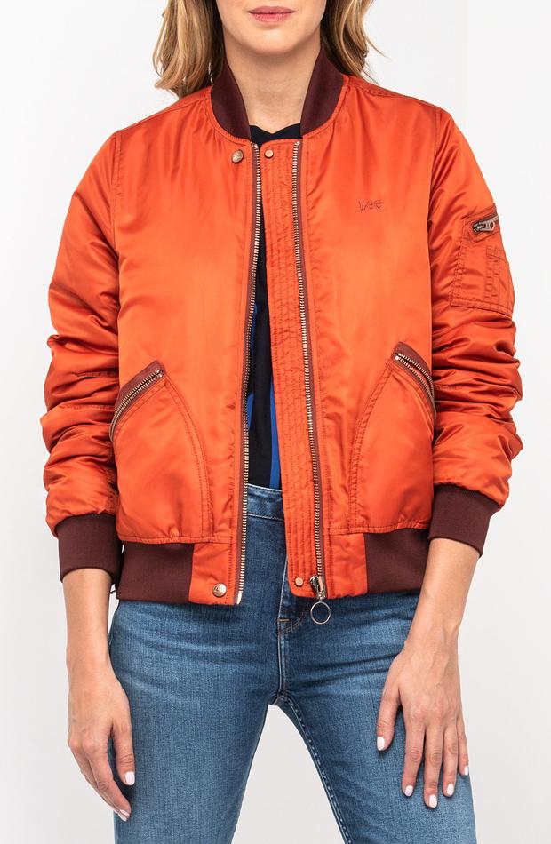 Plumífero bomber naranja de Lee: prendas que no te pueden faltar