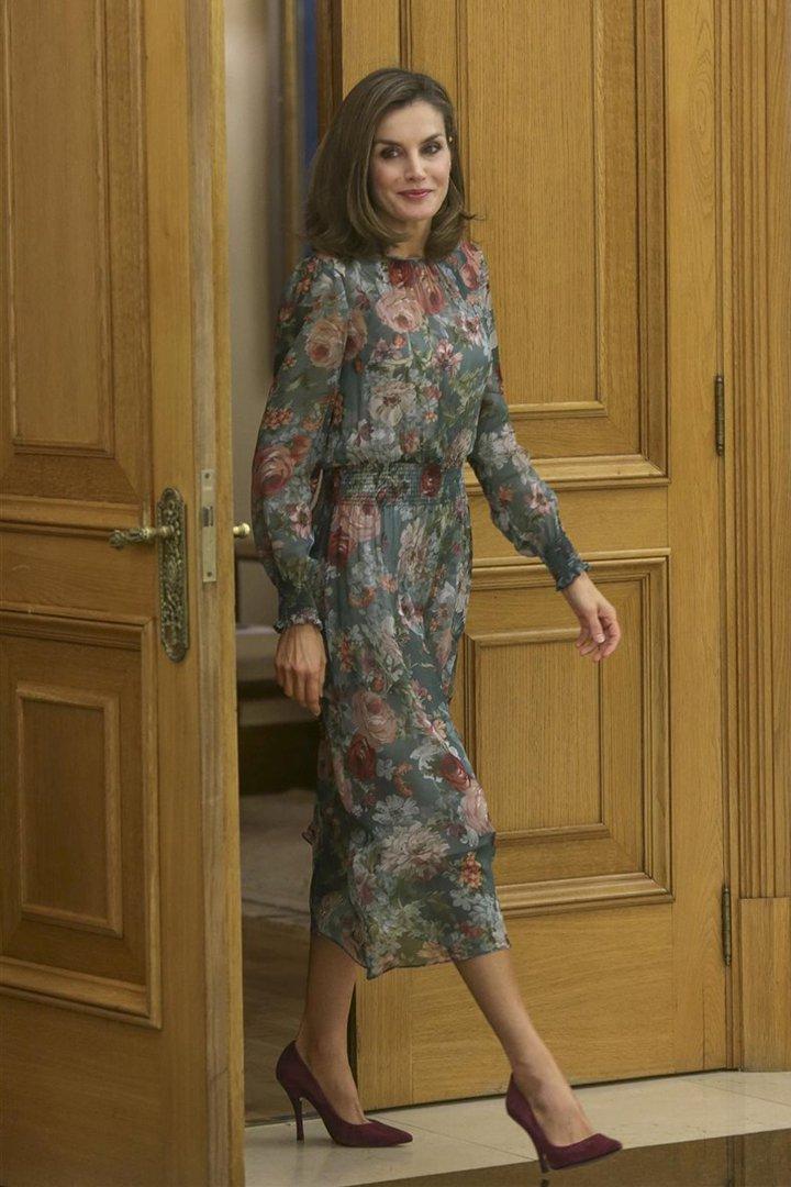 La Reina Letizia con vestido de flores de zara