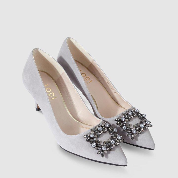 Zapatos de salón en ante gris con adorno de hebilla y piedras de Lodi: ideas regalos de última hora