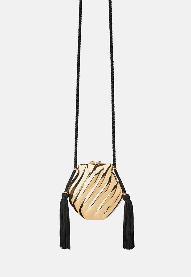 Look de invitada de Zara con bolso caja