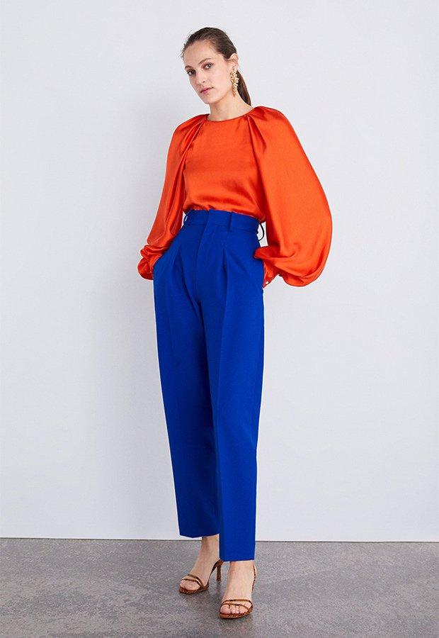 Look de invitada de Zara con pantalón azul klein