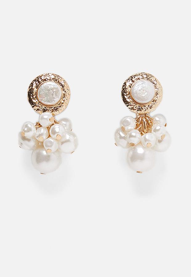Look de invitada de Zara con pendientes de perlas