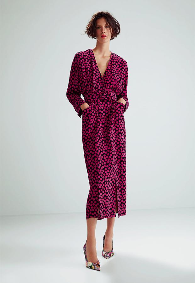 Look de invitada de Zara con vestido de lunares
