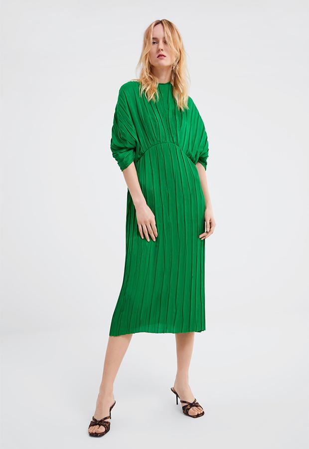 Vestido verde plisado de Zara