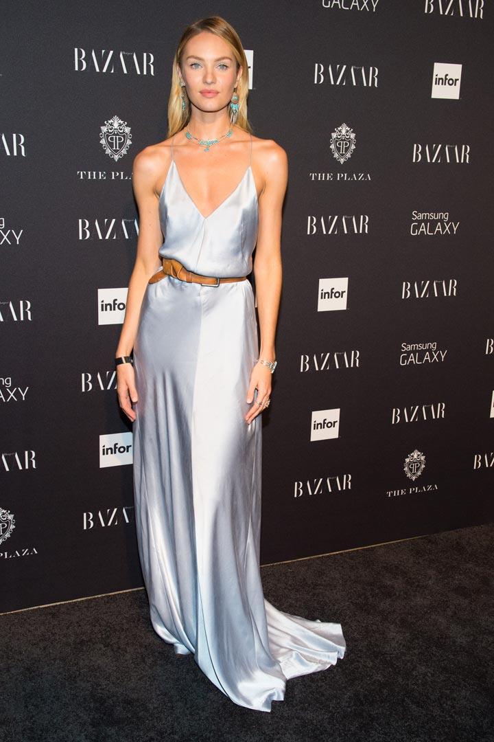 Candice Swanepoel con vestido largo en color plata