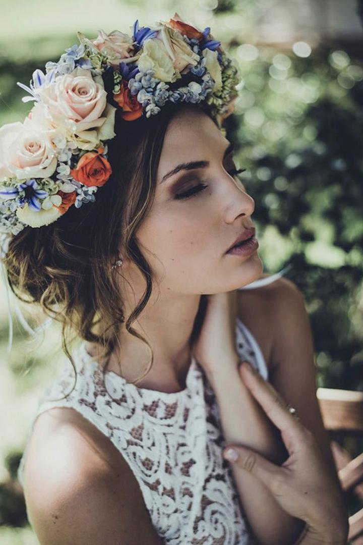 Maxi corona de flores: peinados invitada verano 2018