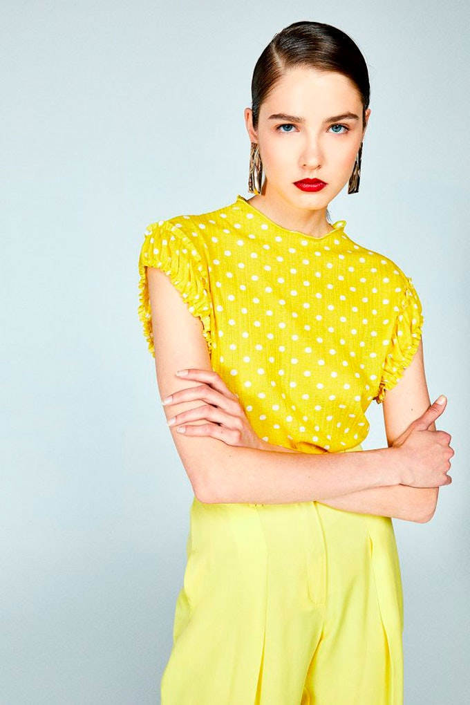 Top amarillo de estampado de lunares