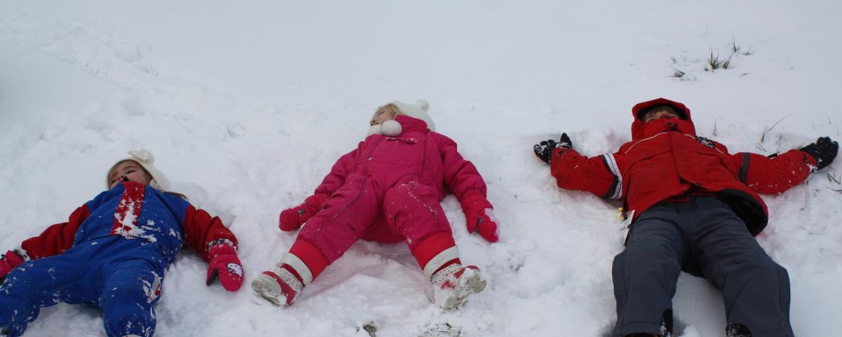 viajar con niños, nieve, esquiar con niños, juegos en la nieve