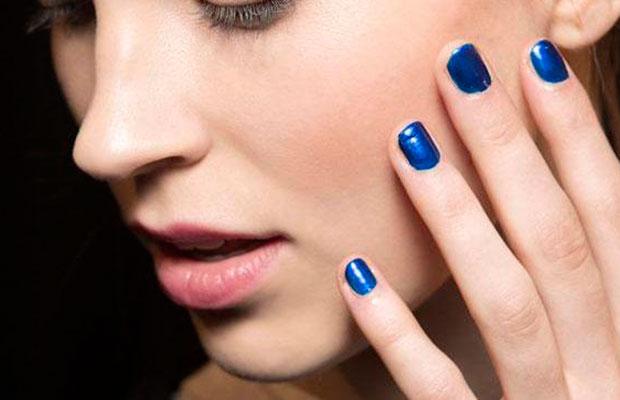 Manicura azul klein