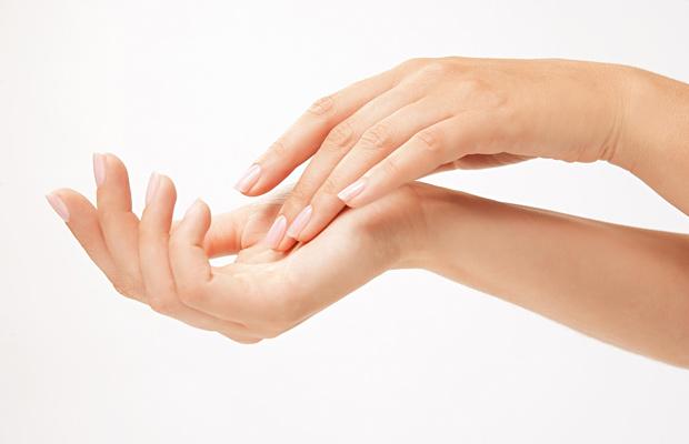 Antes del esmalte, recuerda hidratar tus manos y retirar las cutículas