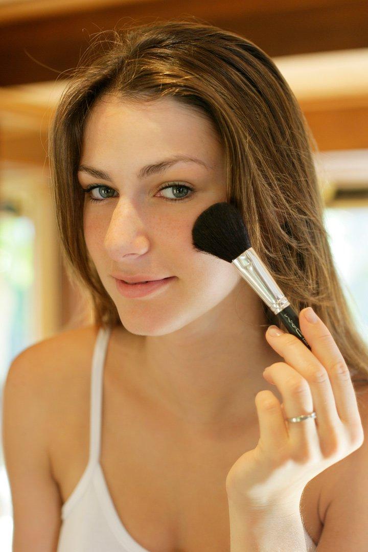 probar el maquillaje en las mejillas es un error