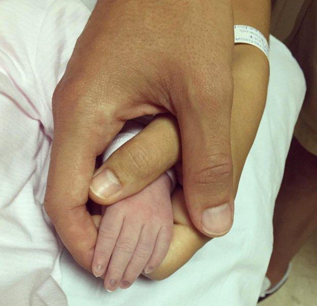 Mario Suárez agarra la mano de su pequeña Matilda
