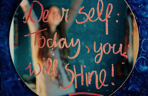 Mensaje motivacional escrito en un espejo