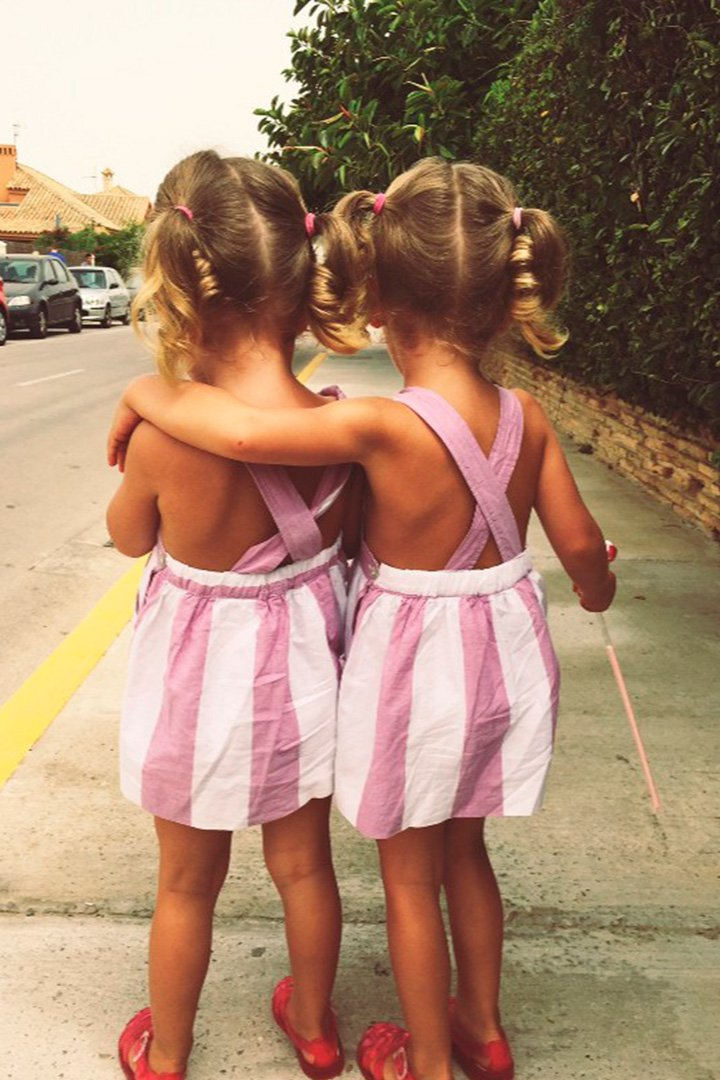 Gabriela y Sofía posan de espaldas con vestidos de tirantes rosas
