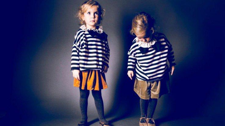 Las gemelas de Mi pequeña tribu posando en una foto navideña con camisetas marineras