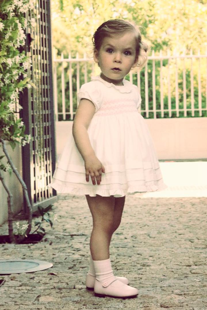 Fotografía de una de las hijas de Belén Vázquez con un vestido rosa