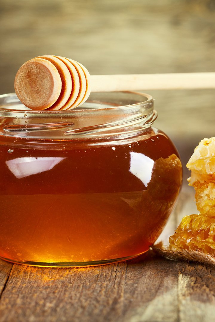 aplicate miel para aclarar tu cabello