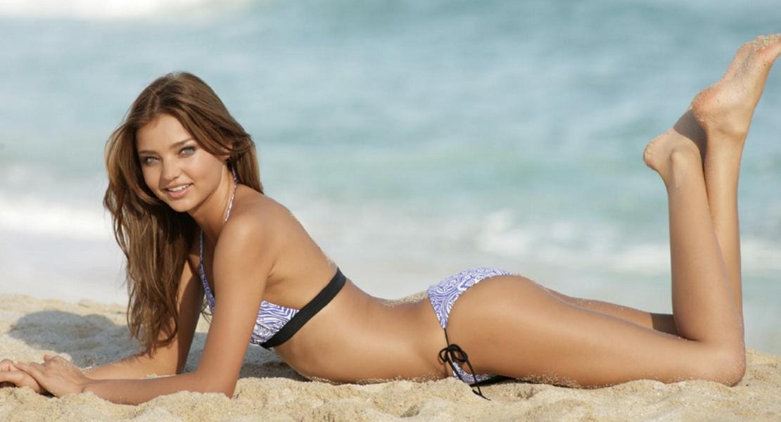 miranda kerr tumbada en la playa cremas y tratamientos antiestrias