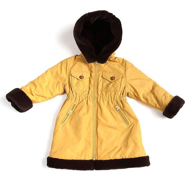 Abrigo amarillo con capucha