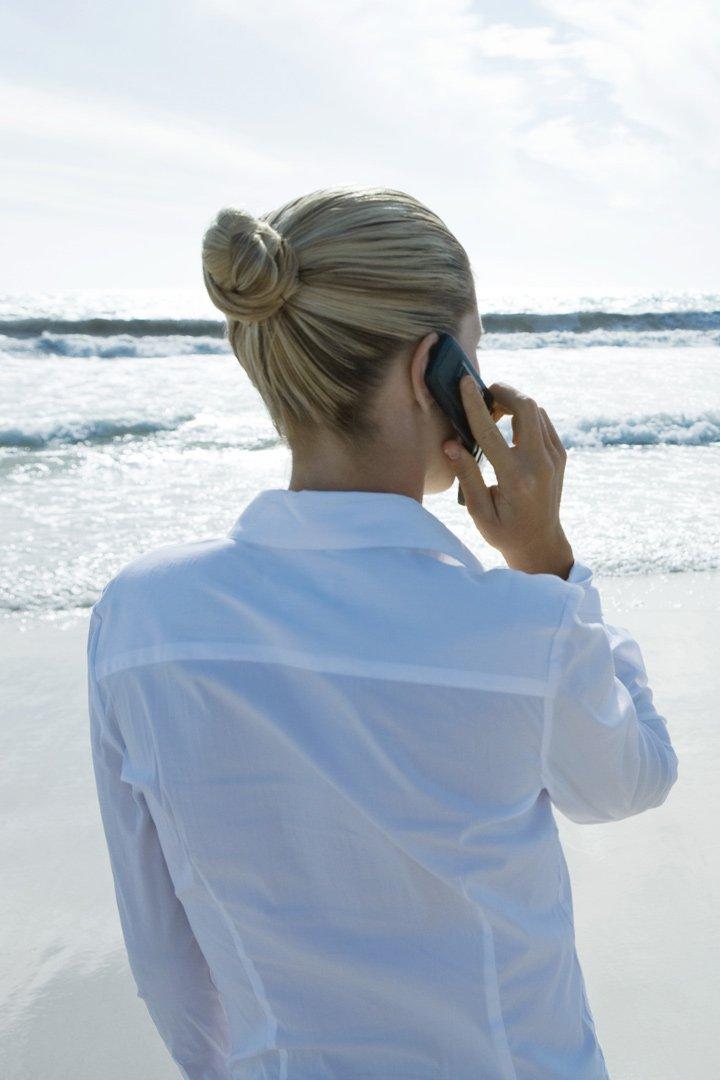 Mujer llamando en una playa
