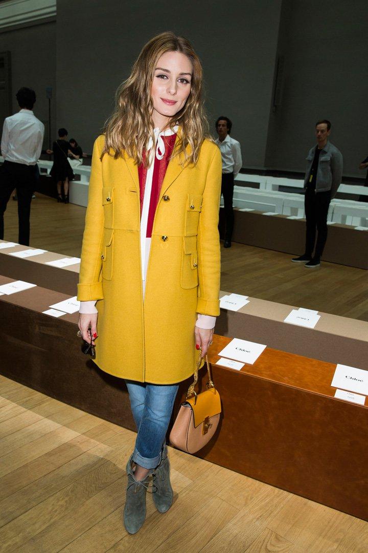 Outfit con abrigo mostaza
