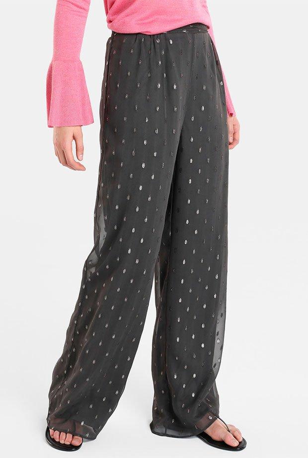 Pantalones para invitadas de boda en gris con detalles metalizados
