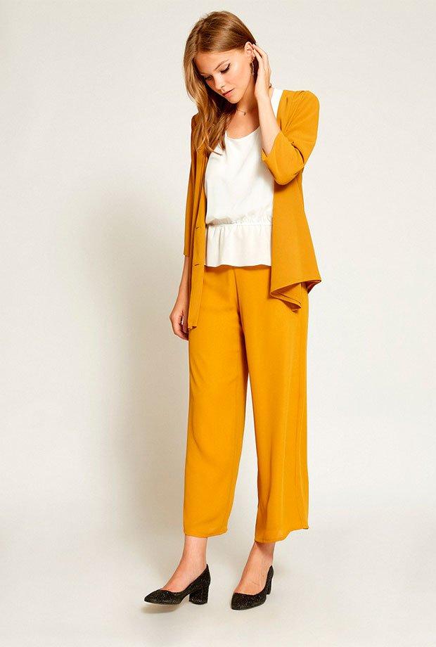 Pantalones para invitadas de boda en color mostaza