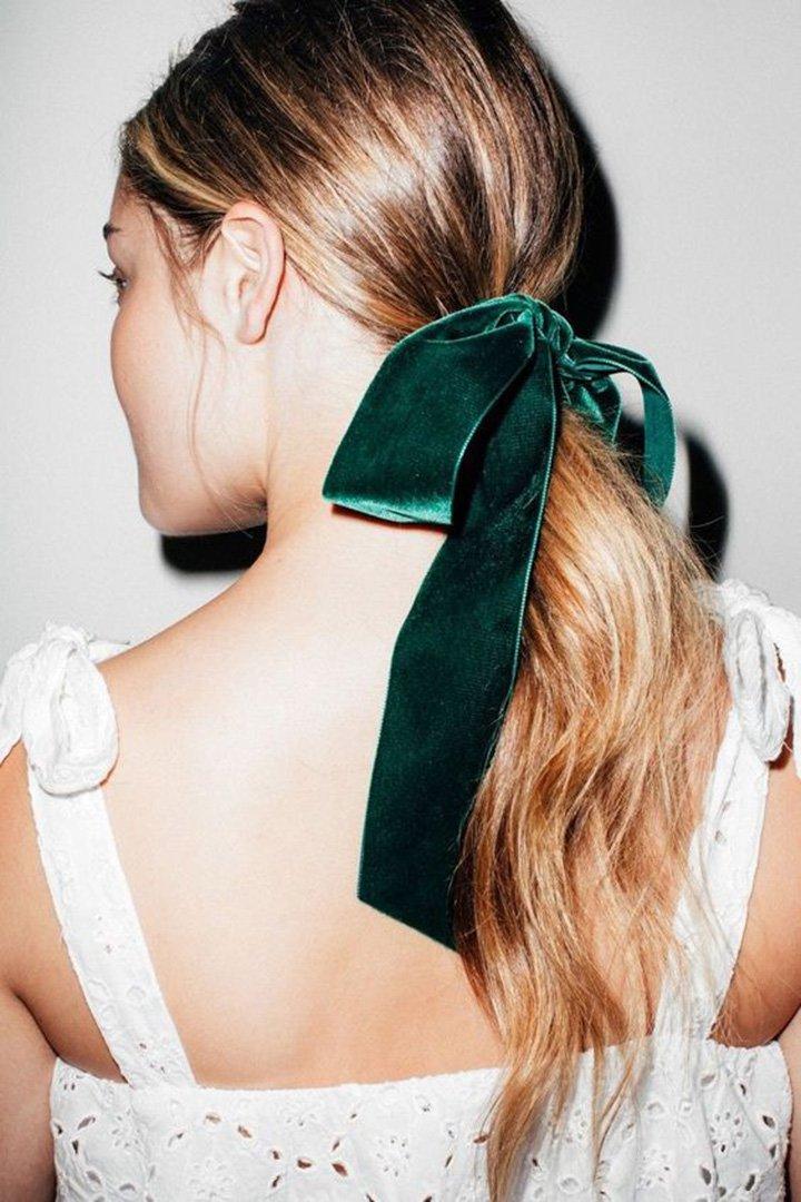 Peinados de invitada de boda 2018: coleta con lazo