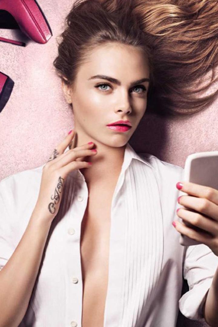 Cara Delevingne se hace un selfie con la barra de labios Rouge Volupté Shine de Yves Saint Laurent