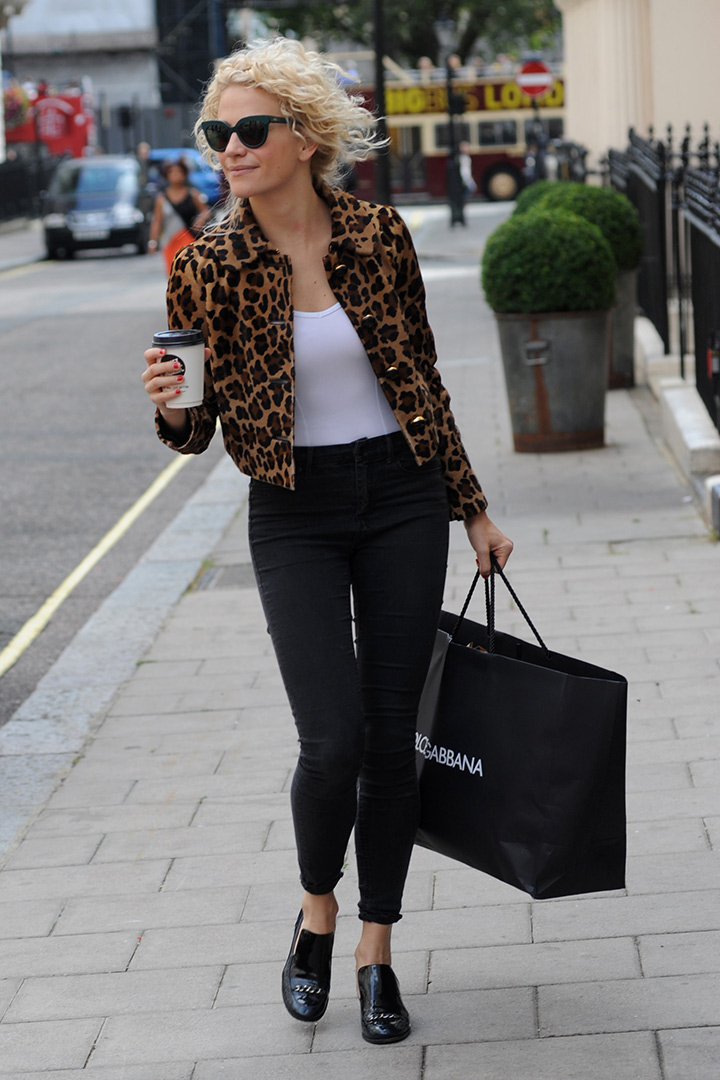 Pixie Lott con chaqueta de leopardo