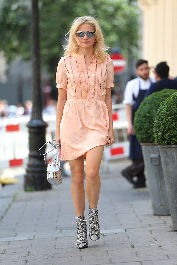 Pixie Lott con vestido melocotón