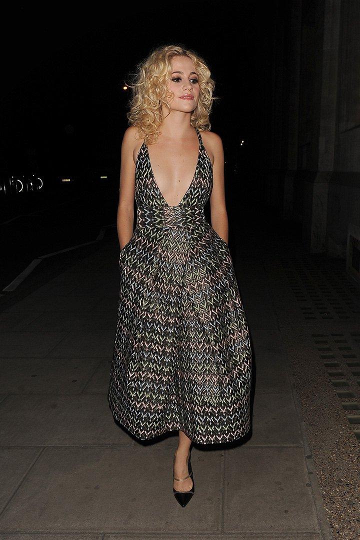 Pixie Lott con vestido escotado
